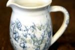 Liten kanna till mjölk/grädde. Handdrejad invändigt glaserad med en vit glasyr.