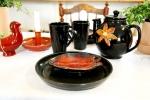 Tebjudning i svart med orange som färgklick.