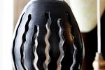 Fönster / bordslampa Flamman, Blank vit invändigt, matt svart utvändigt.