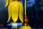 Tulpanlampa i gult, passande i bl.a. fönster.
