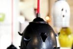 Fönsterlampa Pigge, matt svart med röd armatur.