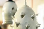 Fönsterlampa Pigge, blank vit med vit armatur.