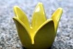 Ljuslykta Liten gul tulpan, drejad och skuren i stengods. Blank gul glasyr.