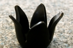 Ljuslykta Liten svart tulpan, drejad och skuren i stengods. Matt svart  glasyr.