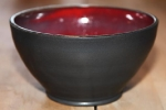 Skål i blank mörkt röd samt matt svart.