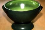 Soppskål på fot i grön/svart.