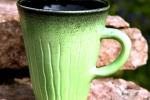 Randy kaffemugg stengods. Blank lime/svart utvändigt, blank svart invändigt.