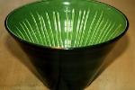 Randy skål, ränder längs hela insidan. Svart utv, grön/svart inv.
