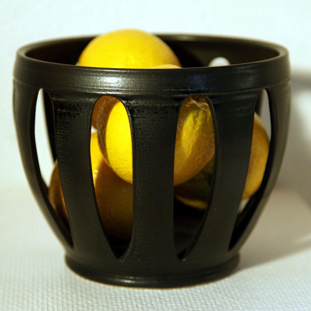 Handdrejad och utskuren skål i stengods; vår Apelsinskål.