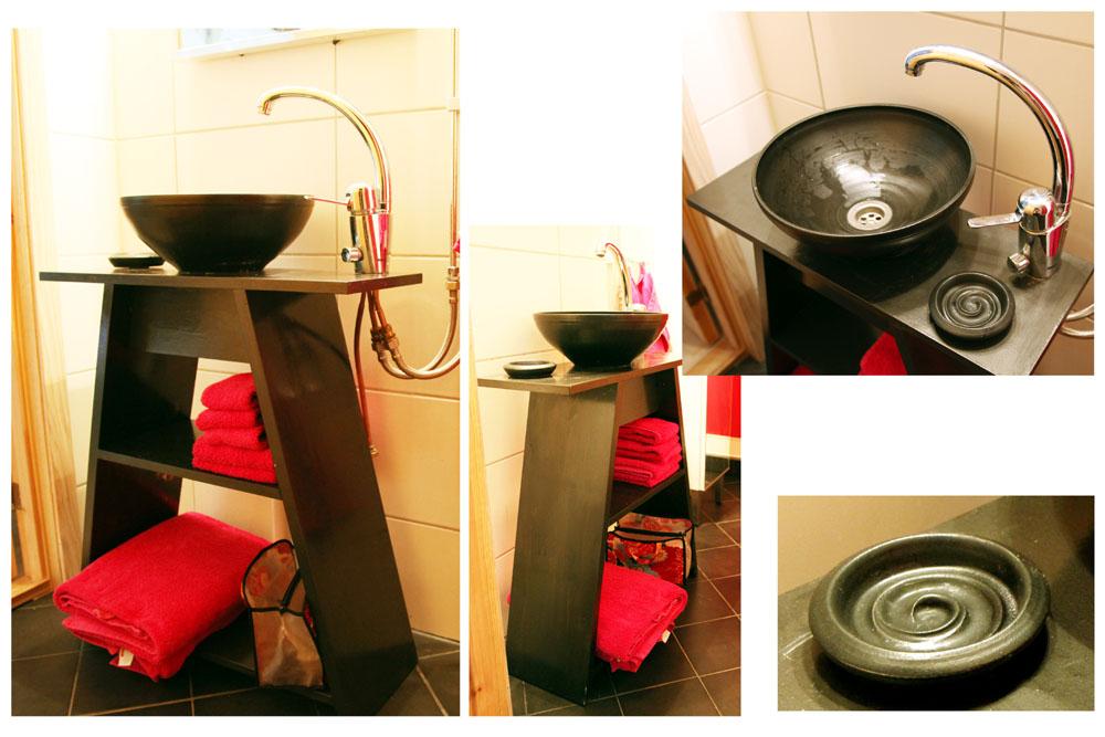 Handfat i stengods, handdrejat och glaserat i matt svart glasyr. Tvålkoppen är specialgjord till handfatet.