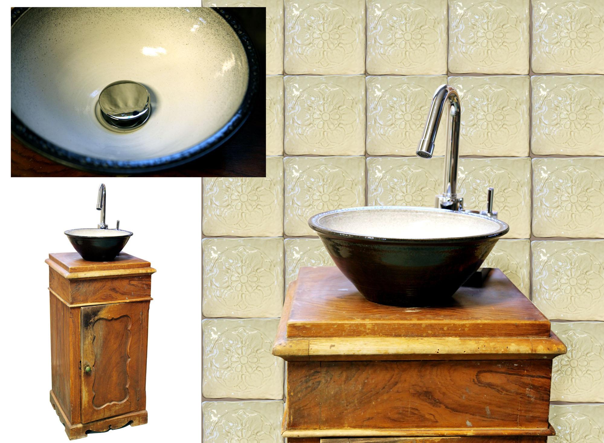 Handfat i stengods handgjort på Torsås Fajans krukmakeri, monterat på ett gammalt pottskåp.